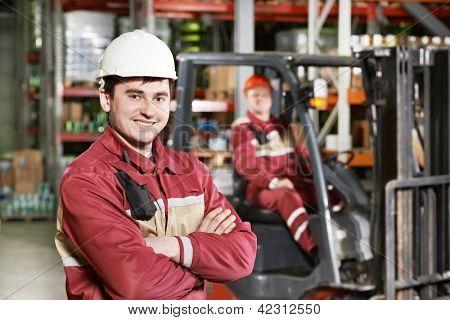 Junge lächelnd Lager Arbeiter Fahrer in Uniform vor Gabelstapler Stapler Radlader