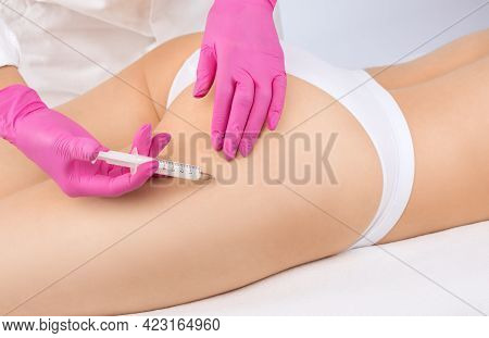 Cosmetologist Makes Lipolytic Injections To Burn Fat On The Thighs, Hips And Body Of A Woman. Female