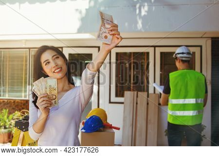 Renovation House Concept : Beautiful Asian Women Are Happy With The Cash Availability Of Renovating