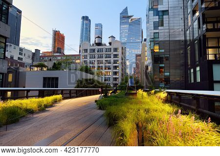 New York, Usa -13 May 2021: View Of The High Line, An Elevated Urban Park, Along Old Rail Track Line