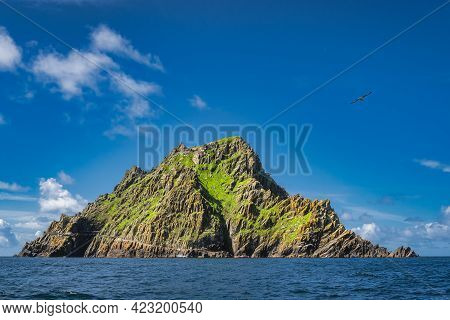 Tour Boats Docking To Skellig Michael Island With Monks Hermitage On Top, Where Star Wars Were Filme