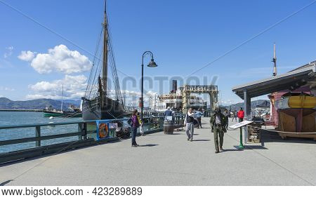 San Francisco,usa - April 18,2018 : Sunny Day View Of Hyde St. Pier At Fisherman\\\\\\\'s Wharf, Par