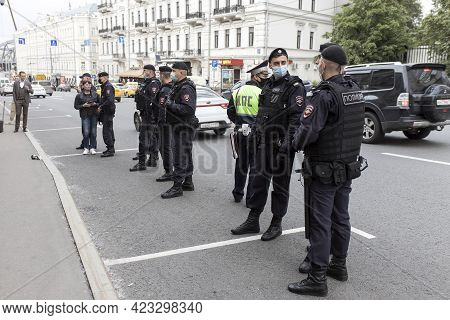 Moscow, Russia - 09 June 2021, Police Officers In Uniform And Medical Masks Are Lined Up Along The R