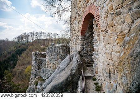 Medieval Gothic Castle Frydstejn In Sunny Day, Romantic Ruins Of Popular Stronghold With Massive Gua
