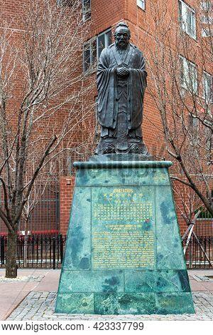 Manhattan, New York, Usa - December 31, 2013 : Confucius Statue On The Corner Of Confucius Plaza, Ch