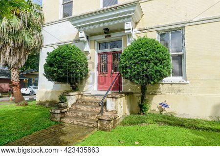 New Orleans, La - June 6: Historic Apartment Building In Uptown Neighborhood On June 6, 2021 In New
