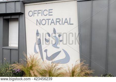 Toulouse , Occitanie France - 06 06 2021 : Notaire French Office Notarial Text Sign And Brand Logo O