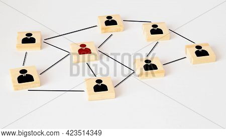 Black Lines Connect The Leader To The Pictogram Of People On Wooden Cubes. Concepts Of Team Building