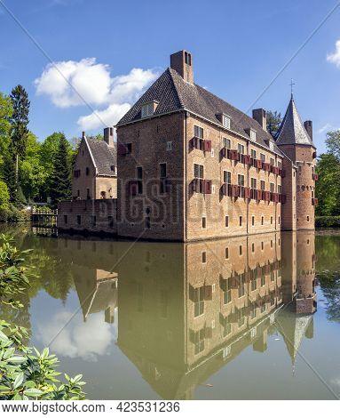 Castle Het Oude Loo In The Dutch Town Apeldoorn