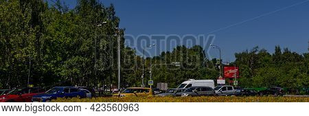 Moscow, Russia, 06.08.2021. Cars Stand At A Traffic Light. Car Traffic On The Road In Summer In Mosc