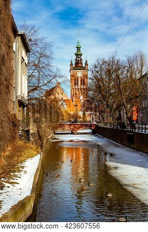 Radunia Canal And St. Catherine Church. Old City Of Gdansk (danzig) In Winter Scenery. Gdansk, Pomer