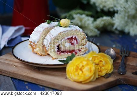 Biscuit Roll With Strawberries