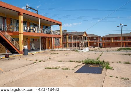 Clinton, Oklahoma - May 6, 2021: The Glancy Motel Entrance, Now Abandoned, Along The Historic Us Rou