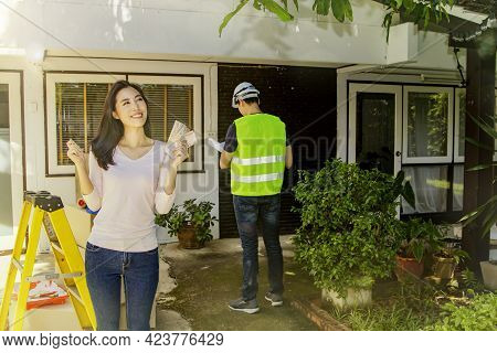Renovation House Concept : Positive Financial Readiness Ofbeautiful Asian Women Are Happy To Renovat