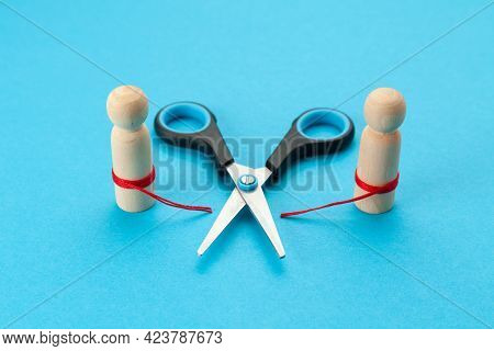 Family Conflict. Two Figures Of People With A Cut Thread. Divorce And Bad Relationships In A Couple.