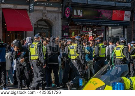 London, Uk - May 29, 2021: Police Officers Surround A Group Of Pro-palestine Protestors At A Freedom