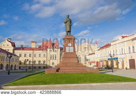 Rybinsk, Russia - September 26, 2018: Monument To V.i. Lenin (ulyanov) On The Red Square On A Sunny
