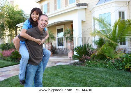 Pareja en su casa en el amor