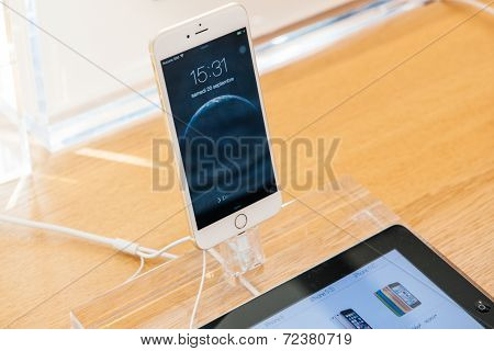 iPhone 6 smartphones stand on display