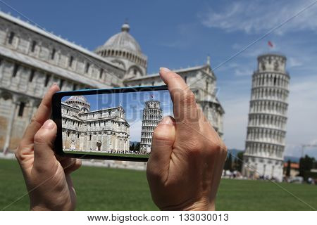 photo shooting with smartphone Pisa tower in Campo dei Miracoli