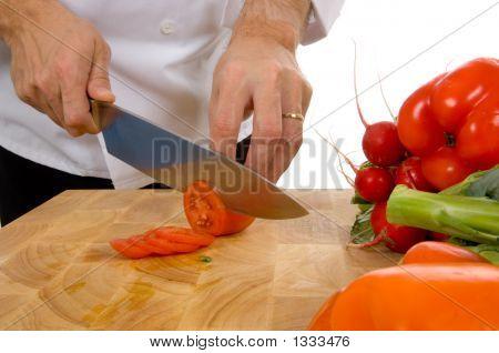 Chef profesional corte tomate