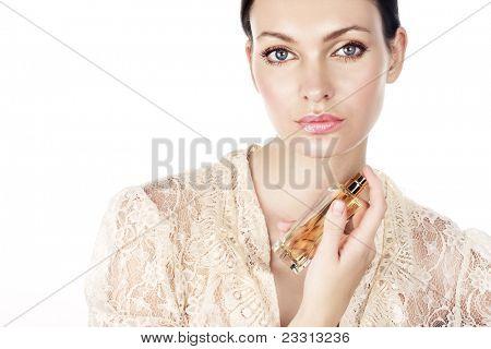 Mujer con perfume en blanco. Espacio para texto.