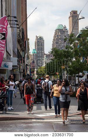 Brooklyn, Ny, Usa - Aug 18, 2017: Pedestrians Crossing The Road In Brooklyn