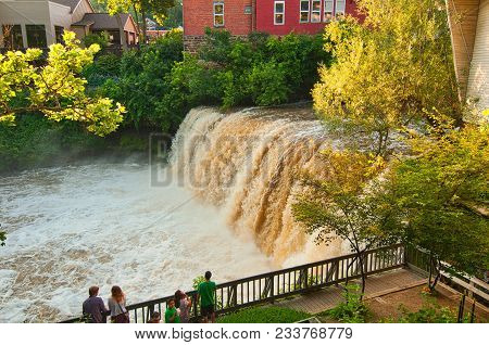 Chagrin Falls, Oh - June 28, 2015: The Viewing Platform Next To The Falls Is A Popular Gathering Spo