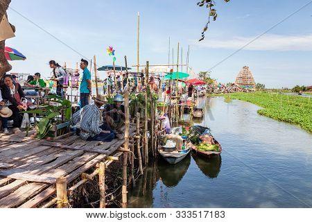 Suphanburi, Thailand-december 15, 2018: Talad Nam Sapan Khong Or Sapan Khong Floating Market At Song
