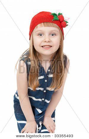 Muchacha de cuatro años juguetona posando sobre un fondo blanco