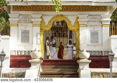 Bodh Gaya, Sri Lanka - August 1, 2005: People Worship At The Famous Bodh Gaya Tree In Bodh Gaya, Sri