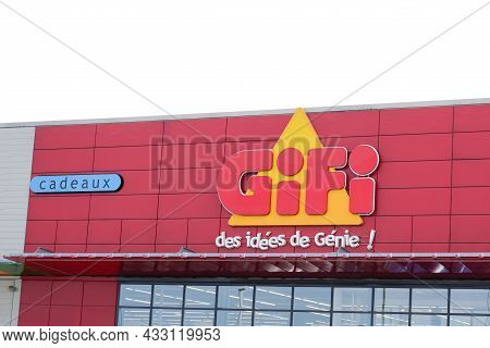 Bordeaux , Aquitaine  France - 09 10 2021 : Gifi Red Logo Sign And Text Brand On Shop French Cheap S