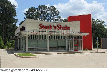 Tyler, Tx - May 15, 2019: Abandoned Steak N Shake Restaurant Located On University Blvd In Tyler Tx