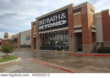Tyler, Tx - October, 7, 2018: Bed Bath And Beyond Retail Store On A Rainy Afternoon Located In Tyler