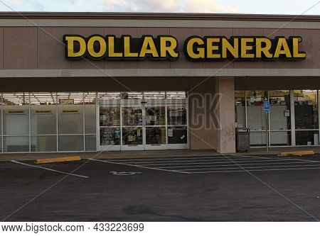 Tyler, Tx - November, 17, 2018: Dollar General Store Located In Green Acres Shopping Center In Tyler