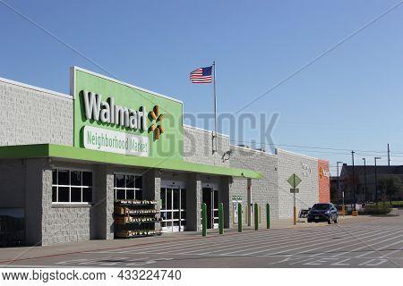 Tyler, Tx - March 9, 2019: Walmart Neighborhood Market Located On Old Jacksonville Hwy In Tyler Tx.