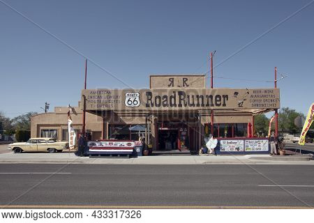 Williams, Arizona, Usa: May 2014: Street Scene With Classic Car In Front Of Souvenir Shops In Willia