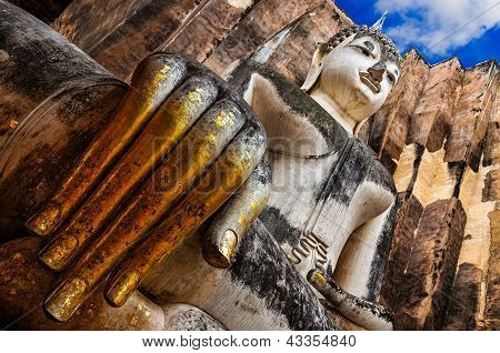 Buda sentado con la mano de oro en el templo de Wat Si Chum, Sukhothai