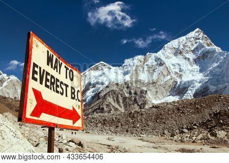 Nuptse Peak Near Gorak Shep Village And Signpost - Way To Everest Base Camp - Khumbu Valley, Solukhu