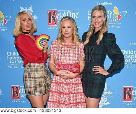 LOS ANGELES - SEP 21: Paris Hilton, Kathy Hilton and Nicky Hilton Rothschild arrives for the 16th Annual Christmas in September Benefit on September 21, 2021 in West Hollywood, CA