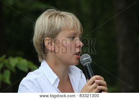 Policies Evgeniya Chirikova speaks to activists in Khimki forest