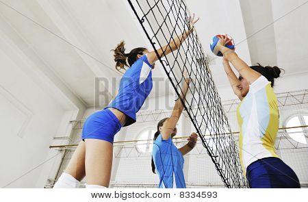 Niñas jugando voleibol juego interior