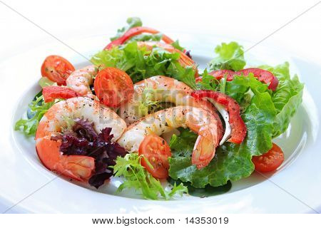 King prawns in a healthy salad, with mixed lettuce, cherry tomatoes and red bell pepper.