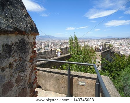 Walk through the walls of the fortress Alcazaba in Málaga (leisured travelers)