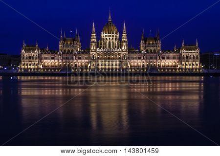 Hora azul sobre el parlamento húngaro en la bella ciudad de Budapest