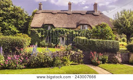 Traditional ancient English Cottage house in Cotswolds with beautiful garden.