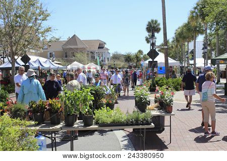 The Villages, Fl, Usa -april 1, 2017: People Shop At An Outdoor Street Market. People Shopping At Fa
