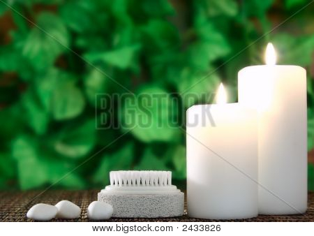 Kerze, Bimsstein und Steine vor leaf
