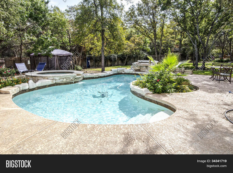 Zwembad mooie achtertuin afbeelding en foto bigstock for Zwembad achtertuin