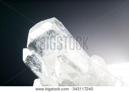Quarz Auch Tiefquarz Genannt Mit Mineralischen Einschlüssen Im Studio Vor Schwarzen Hintergrund Foto
